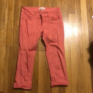 Low rise salmon-colored capris